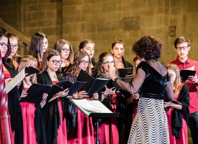 """Casa della Musica di Arezzo – in Piazza Grande lo spettacolo """"La poesia si fa musica"""" del Coro propedeutico e del Coro di Voci bianche Voceincanto per Unicef Italia."""