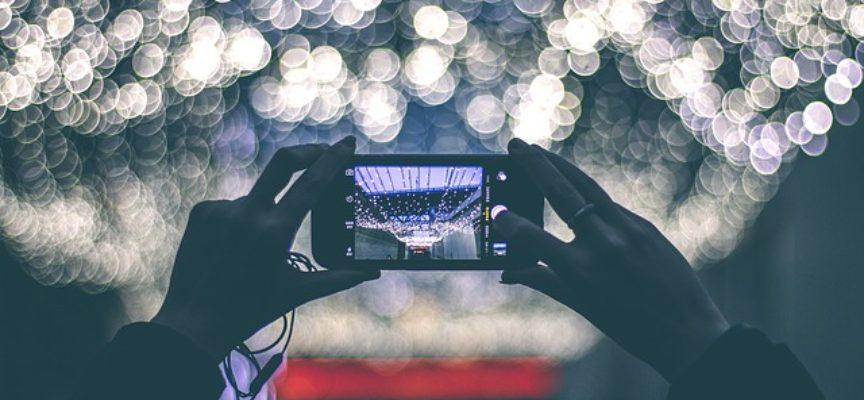 """""""Illumina novembre"""": la statua di Guido Monaco illuminata di bianco. Arezzo aderisce alla campagna nazionale di sensibilizzazione sul cancro al polmone"""